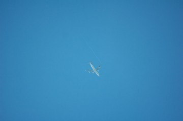本日の一枚 ↑クリックで拡大します 朝7時、成田へ向かうスイスエアの747が飛行機雲を引き、海に向かって飛んでいきます
