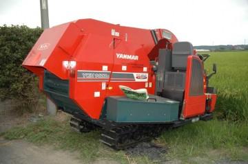 のちに詳しく農業機械のコーナーで紹介しますが、メインで使われる、ヤンマーコンバインYWH1400A。
