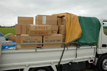 その樹脂のカタマリが、輸送部隊の作業用トラックには山積みです。