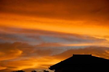 ↑クリックで拡大します 8/9日朝4時頃の空 オレンジの光が充満しています