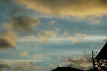 ↑クリックで拡大します 同じく本日5時過ぎの写真 雲がすごいスピードで流れていきます