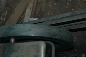 フライホイール。同軸でベルトがポンプを駆動しています。