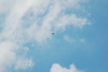 頭上で百里基地への着陸態勢に入るF-15。