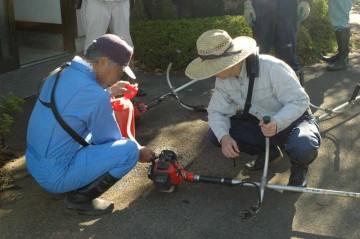 始業前の刈り払い機の点検と給油を行います。