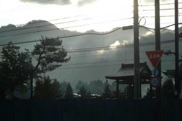 当日の朝日が山の向こうから顔をだしました。天気は良さそうです。
