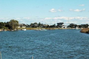涸沼川、しじみをとっている船が向こうに見えます。