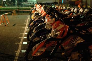 前夜。車検を終わって明日のスタートを待つ車両たち。