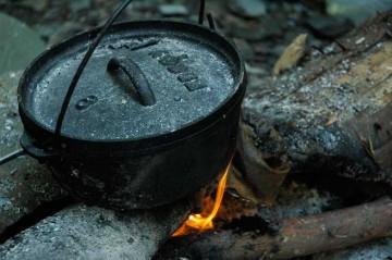 鍋でご飯を炊く写真