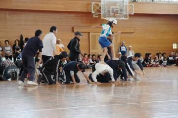 地域の人の背中の上を小学校低学年の子供が裸足で走る競技「大場の白ウサギ」