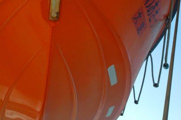 救命ボートの底。