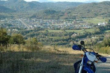 エンデューロのルート上、日高国際スキー場から旧日高町を望む。