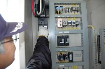 来年まで使わないということで、揚水機場にある配電盤の元電源を切ります。