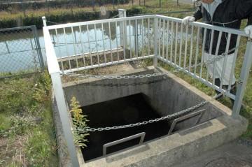 調整池からの取水口の点検