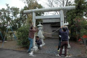 鳥居に竹としめ縄を飾ります。