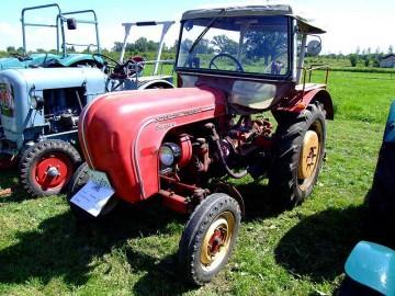 1958年製22馬力スタンダード。幌付きですね。ボンネットフードのR部分、エンブレムに「standard」とあります。