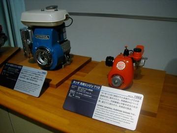 とても小さくて丸くてかわいい・・・特に目を引かれたのが手前の赤いエンジンT10です。説明書きによると、1961年10月に開設された多摩テックでの学習教材用に製作された、発電機E40ベースのエンジン。内部機構と作動を知るため分解、組立てに使われた、未商品化製品。とあります。今はない多摩テック(エンジン付きカートに乗れる子供に大人気の施設でした)はホンダの施設だったのですね。サイドバルブの19.