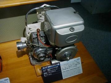 自転車についていたような丸いヘッドのエンジンです。ホンダ初の汎用エンジンでカブF型がベース。シリンダーを水平から直立にして強制空冷化。初のJIS規格適合。共立農機に背負式動噴の動力源としてOEM供給。とあります。
