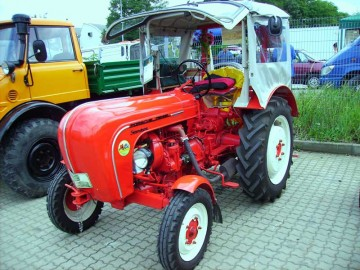 スタンダード25馬力1958年製。幌付きです。
