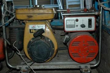こちらのほうがわかりやすいでしょうか?タンクは取ってしまいましたが、発電機の形はそっくりです。