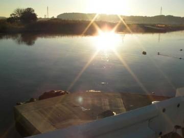 涸沼川に出ると、ちょうど大洗の丘から朝日が川面に射してきました。川からは水蒸気が上がっています。