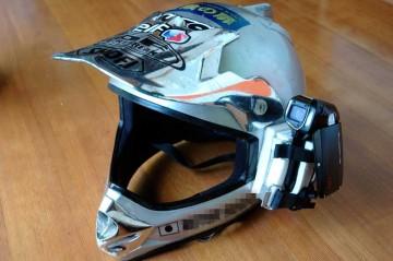 ウレタンでカメラの納まりを作って、両面テープでヘルメットに貼付けます。カメラはバイクのバッテリーを抑えるゴムバンドで固定。