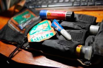中身はこうです。瞬間接着剤、色々な機能別のねじロック、水のいらない手洗いソープ、金属パテなどです。