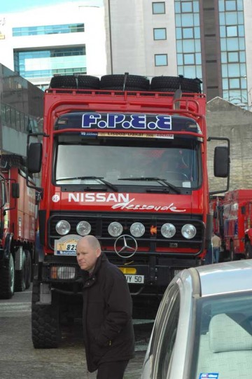こんなトラックがクルマのパーツなどを運んでいるんです。ラリーコースを走ることもあれば、ラリーよりもずっと遠回りの舗装路をキャンプしながらゆくこともあります。