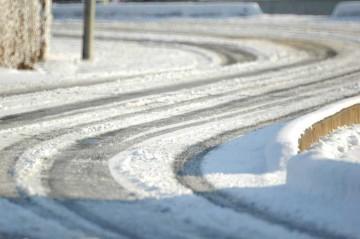 道路が氷河みたいに見えます。道路に積もるのはさらに珍しいです。10時過ぎにはほとんど解けてしまっていましたが・・・