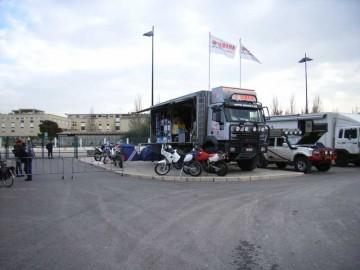 遠くからでも自分のチームのトラックの場所がわかるように、旗やのぼりで目印にします。