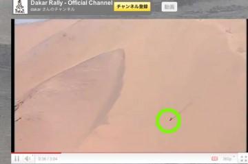この映像での一番のスペクタクルはこれです!!!丸の部分、砂山を駆け下りる二輪です!そのスピード!砂山の大きさ!!!