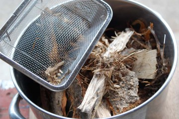 たき付けのバケツ。木屑はたくさん出るので、集めるのに苦労はありません。