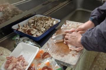 不慣れなそば打ちとは対照的に、こっちのほうは手慣れたもの。あっという間に男料理の準備が始まります。
