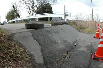 ダムの前の橋はこんなことになっています。ジャンプ台か壁ですね。