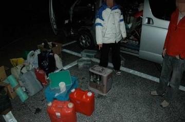 東北道SAで合流。支援物資運搬車の中で灯油がこぼれ大変なことに!
