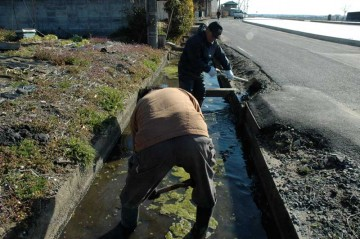 今の季節、農村地帯はどこもやるのだと思いますが、水路の泥上げをしました。これから田んぼを作るために必要な水を流す水路です。きれいにしておかなければなりません。