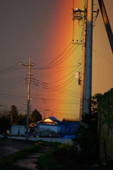 寒冷前線が通過して雨があがった後、日の暮れそうな夕焼け時に虹が出ました。それもダブルで!