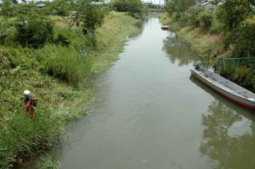 この小さな川の両脇を除草します。写真を写した橋を越えるとダムがあります。