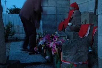 お祭りの前には、婦人会の方々が掃除をして、お花をあげてあります。