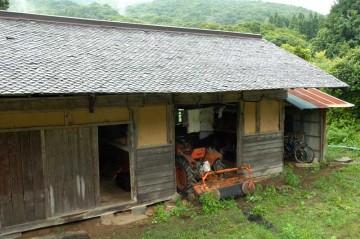 スレート屋根のステキな小屋に入っているクボタトラクターL2000DT