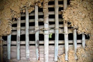 窓? 竹を組んだ骨材に土壁・・・・これって窓にしてると思うんですけど・・・よく見ると、向こう側の壁にも窓(穴?)があるのがわかりますか? 考えてみれば、土壁なら好きなところに窓が作れます。