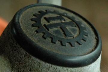 ステアリングにある久保田鉄工のマーク・・・なんて書いてあるんだろ。もしかして鉄工(テッコウ)のテ?まわりのギザギザは歯車を表しているのかな?