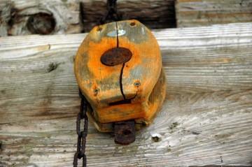 山の中ですが、海まではすぐ近く。船で使ってたものかもな木の滑車。これがいくつか扉の前に釣り下がっていたのを見ると、先の蹄鉄はこれの代わりだったのかもしれません。ロープではなくチェーンがかかっています。滑車に比べて蹄鉄は使い辛かったかな?