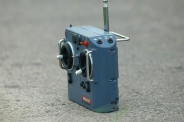 AYH-3との唯一のつながり これで操作します。ラジコンはよくわかりませんが、色々なスティックと、ローター回転、液量、ローターブレーキ、エンジン停止・・・等のダイヤルやスイッチが並んでいます。