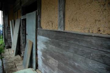 腰板土壁に木のドア(トタン貼り)いい感じです。