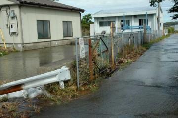 揚水機場がいくら汲み上げても川がいっぱいで水がはけないので、あふれて脇に流れ出しています。それがまた戻って汲み上げてまた溢れて・・・ループになってしまっています。