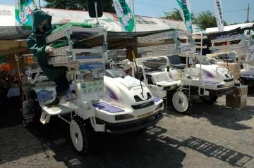 三菱田植機 LV8AD 価格¥4,305,000 すざましい値段ですが、苗のトレーを受け渡すレールが付いていて便利そうです。