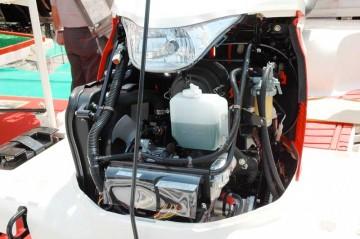 ヤンマー田植機 RG6 エンジン部分 誇らしげにエンジンルームをオープンにしていました