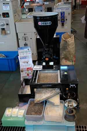 丸七3号製粉機&MF-3粉ふるい機セット 価格¥336,000 蕎麦を挽いてその粉をふるっています
