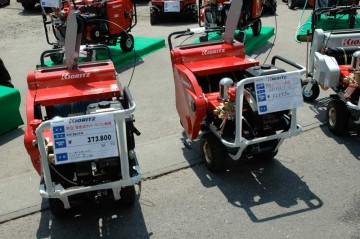 左 自走キャリーラジコン動噴 VRC361FA 価格¥373,800 右 自走式ラジコン動噴 VRC4561F-10 価格¥523,950