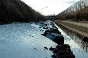 画面左手からしみ出した水が凍って、氷河のように水路の上に流れて行くイメージ